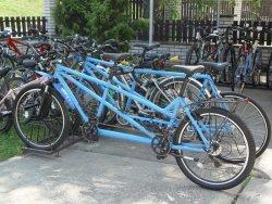 modrá tandemová kola